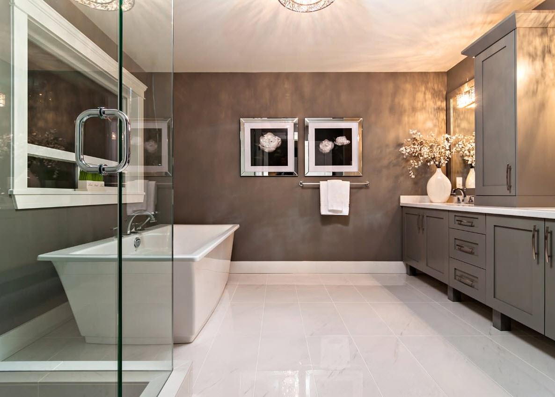 Серый стены и белый пол для ванной
