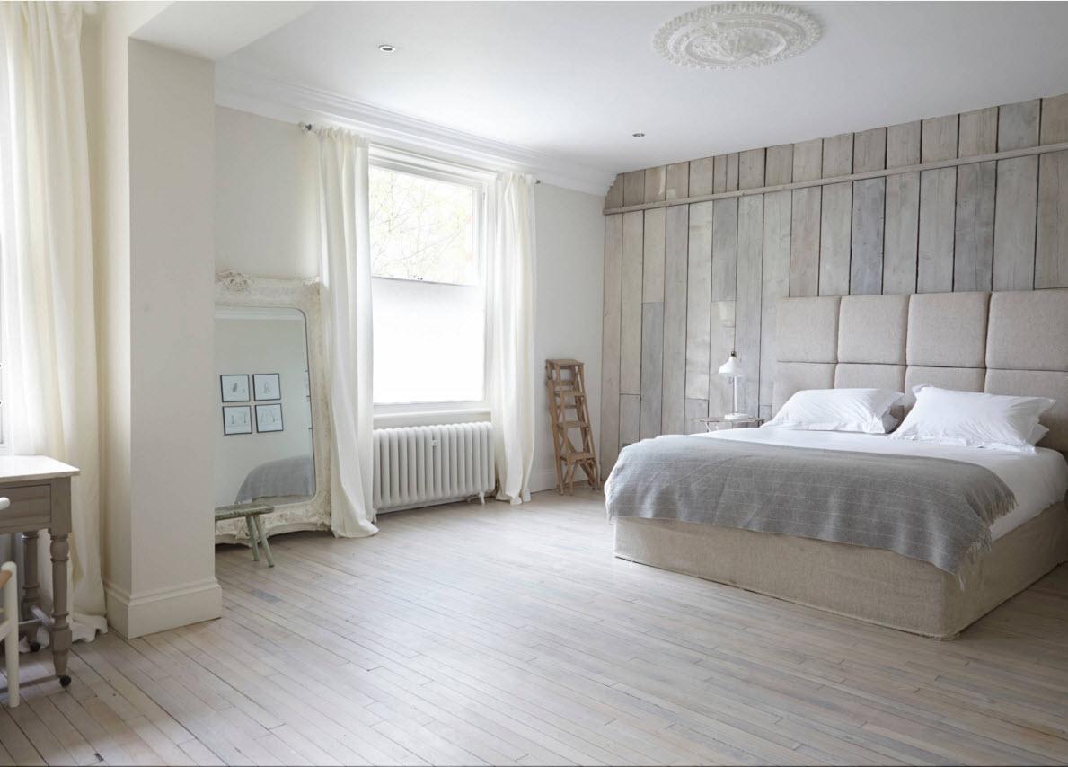 Белое напольное покрытие спальни