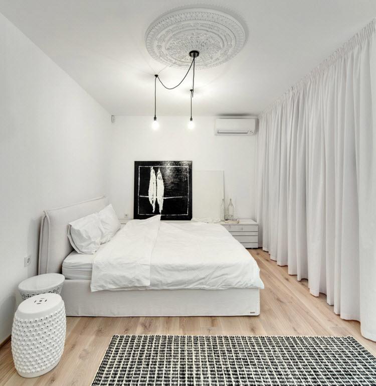 Белоснежная спальня с темным декоративным пятном