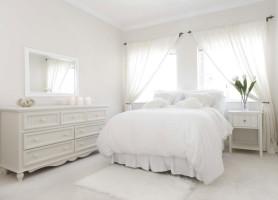Белоснежная спальня с комодом