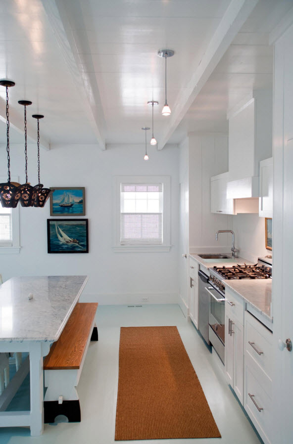 Белое напольное покрытие на кухне