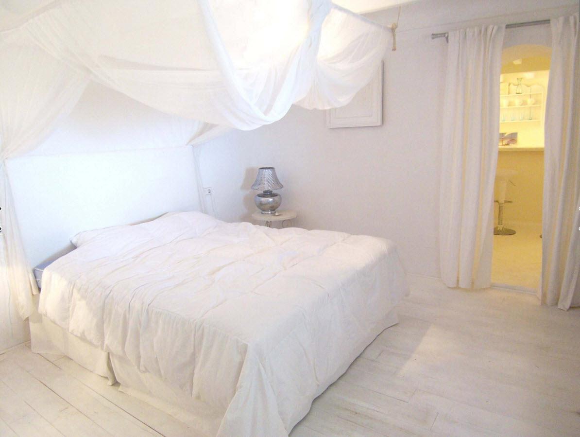 Белая спальня с балдахином
