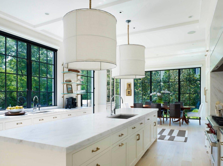 Темный профиль окна в белой кухне