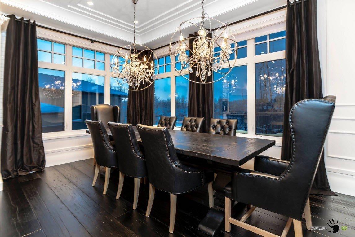 Столовая с черной мебелью и большими окнами