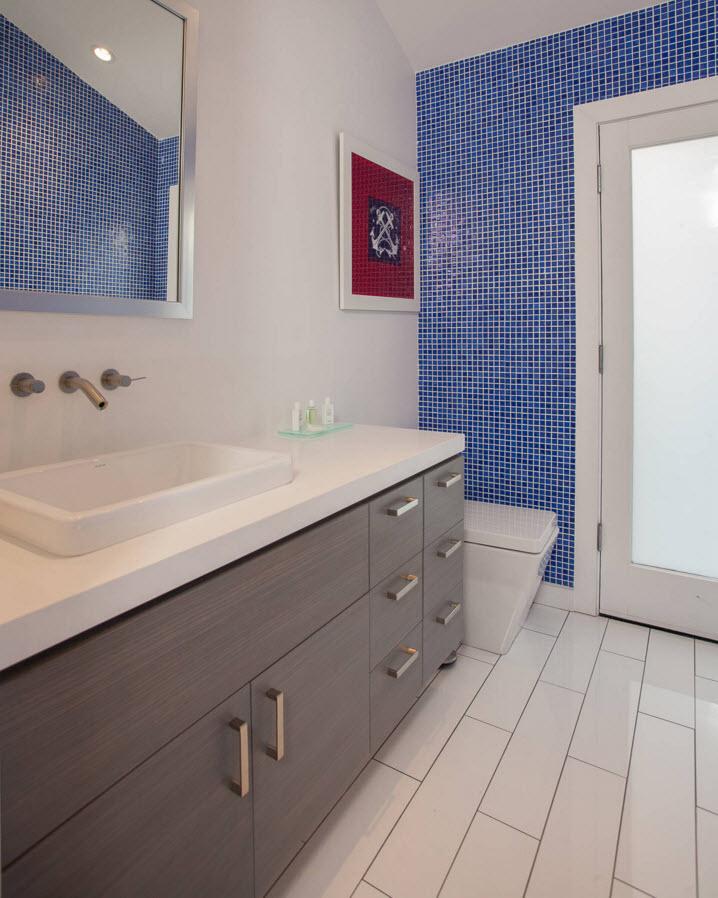 Белый пол и синее стены в ванной