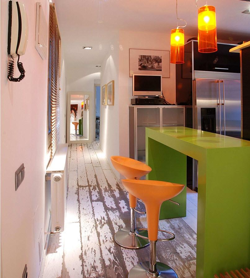 Яркая мебель на белом полу кухни