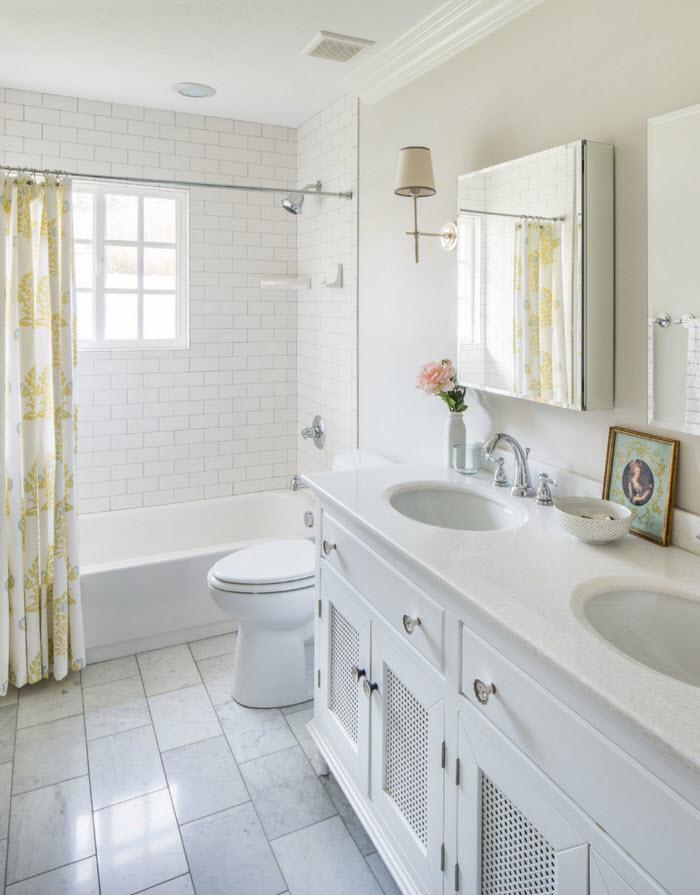 Белоснежная плитка на полу в ванной