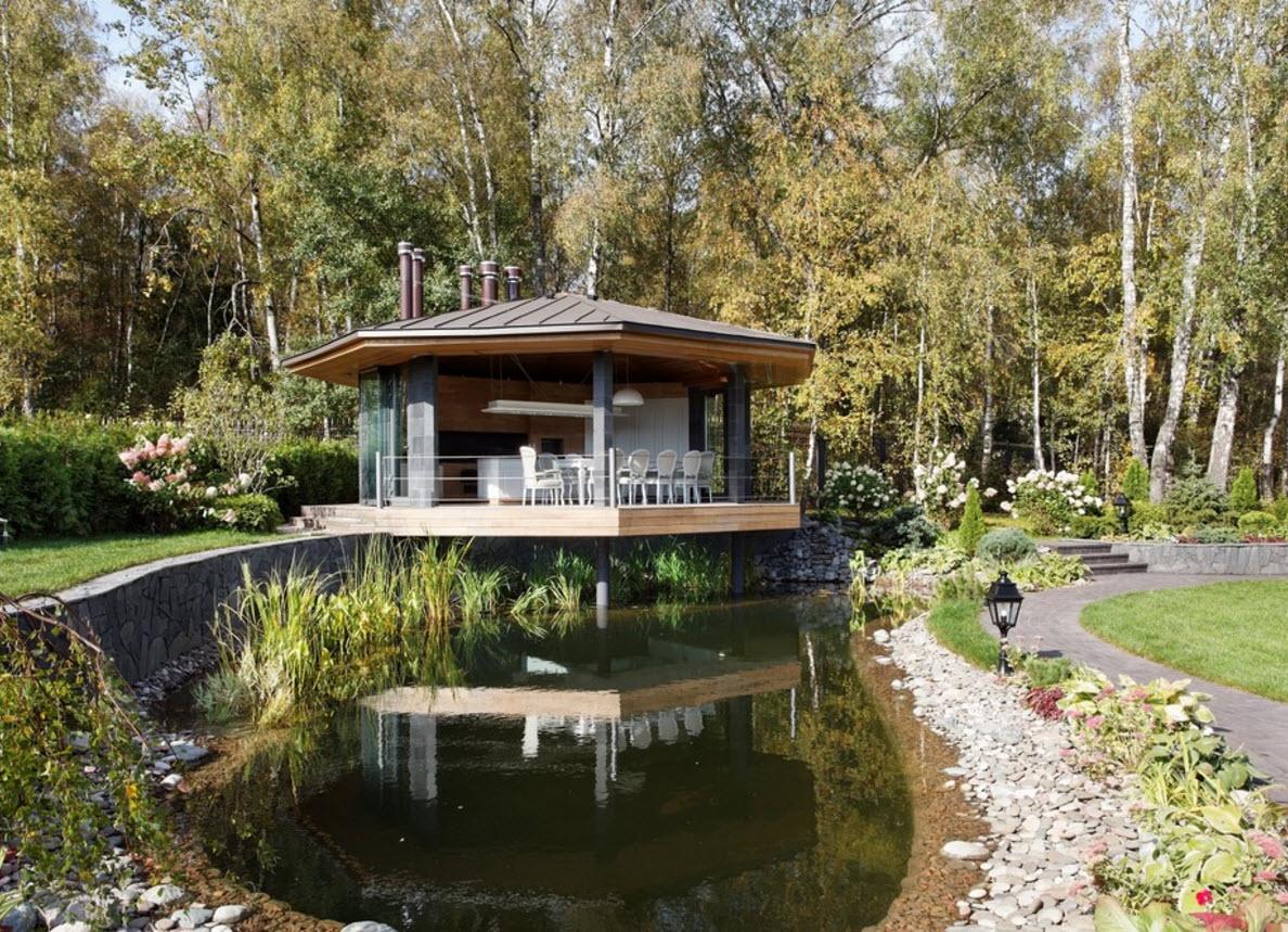 Живописное озеро и домик для кухни