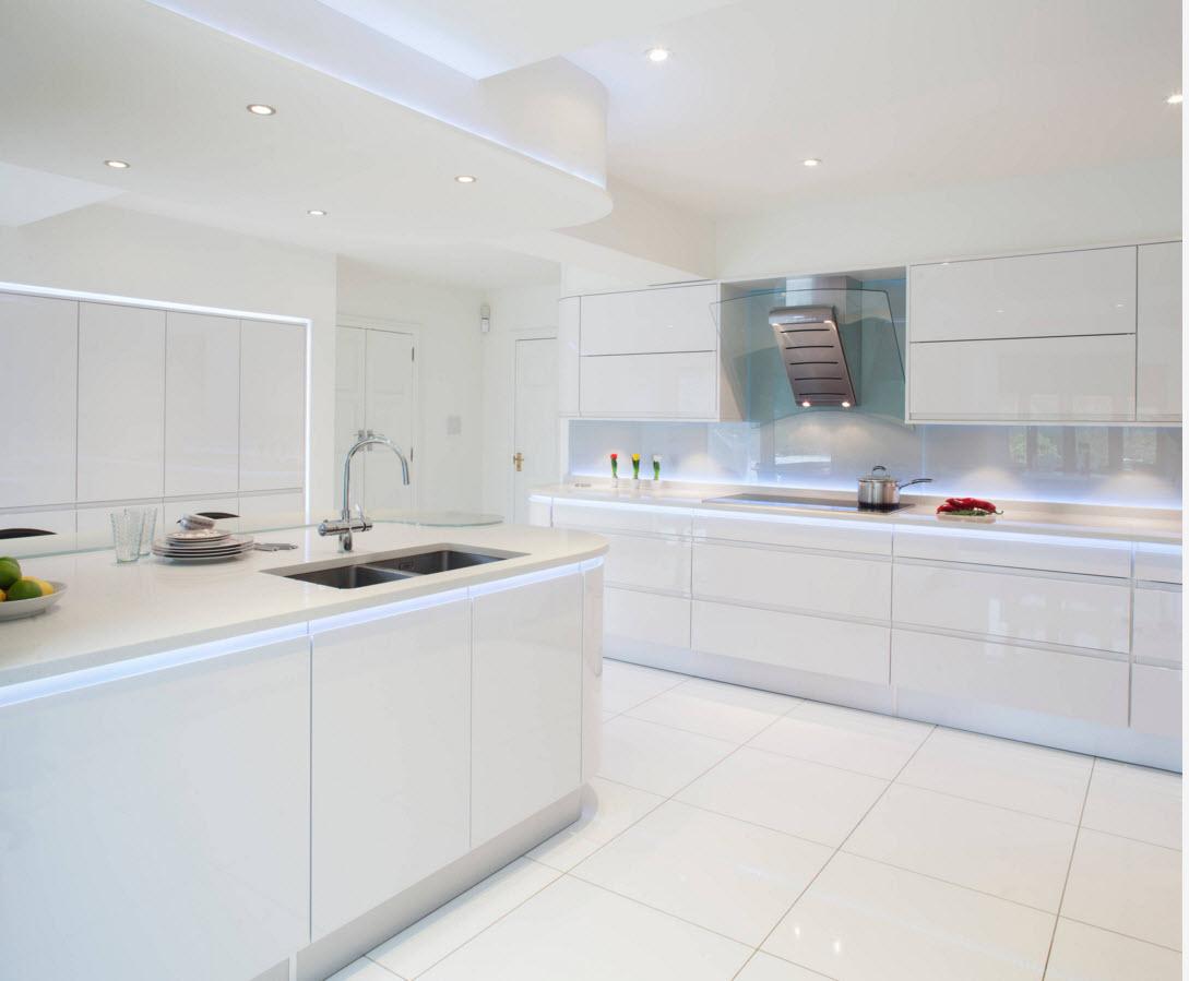Кухня с белой плиткой на полу