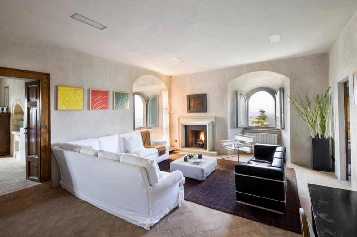 Просторная и светлая гостиная с камином