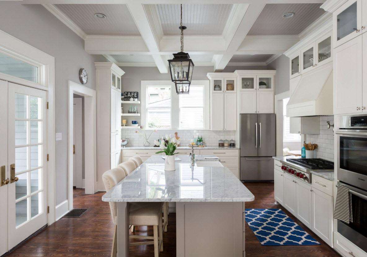 Большая кухня с рабочей поверхностью