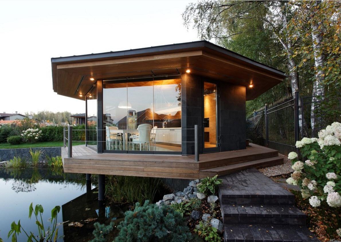 Деревянный домик с большими окнами