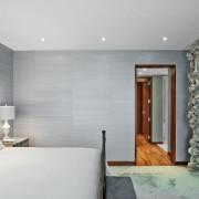 Точечные светильники на потолке в спальной комнате