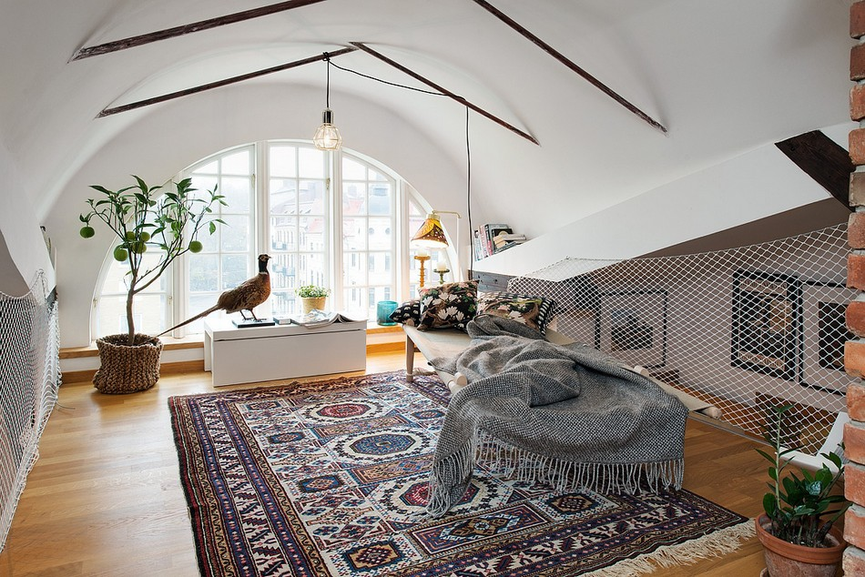Оригинальный дизайн комнаты под крышей