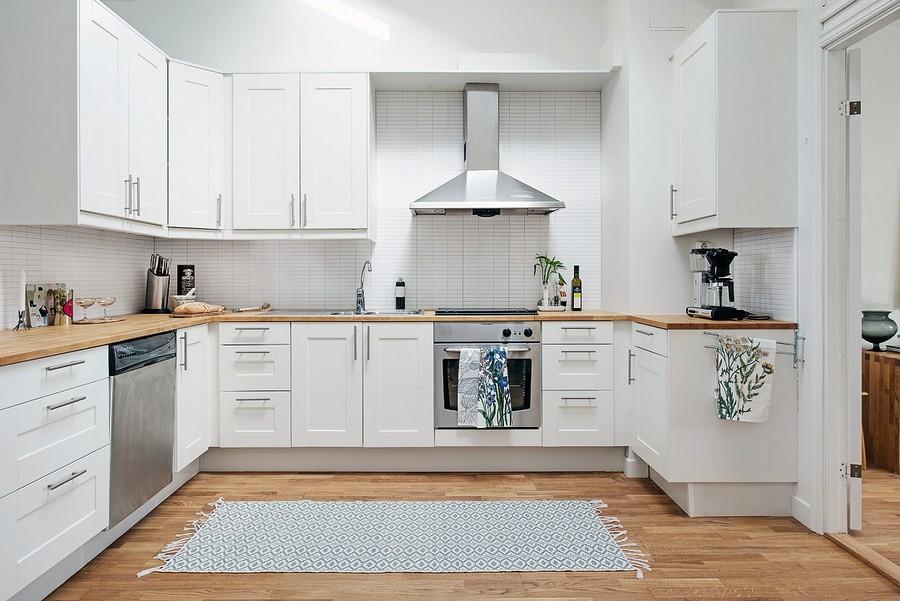 Кухонная зона в просторном помещении