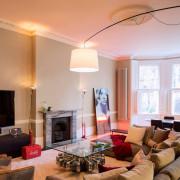 Дизайн гостиной с яркими деталями