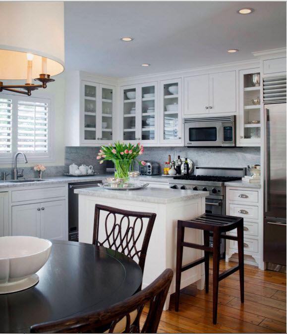 Кухня с островом и обеденным столом
