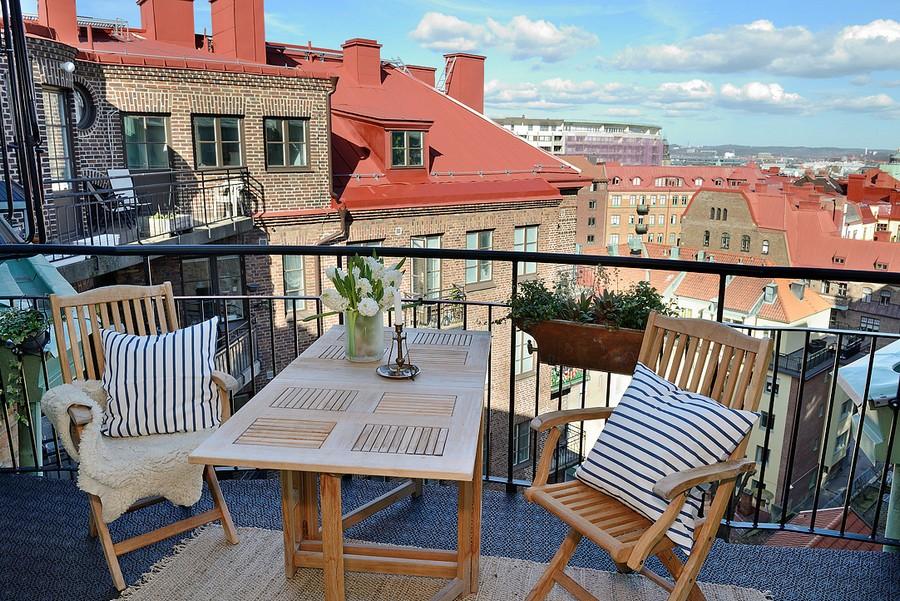 Зона отдыха на открытом балконе