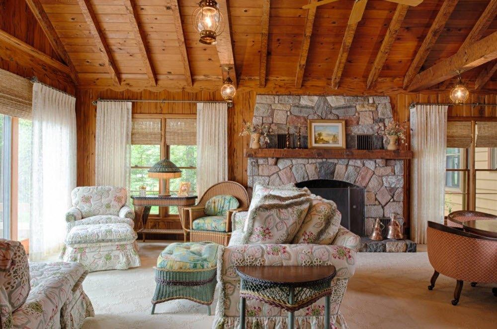 Колоритный потолок гостиной
