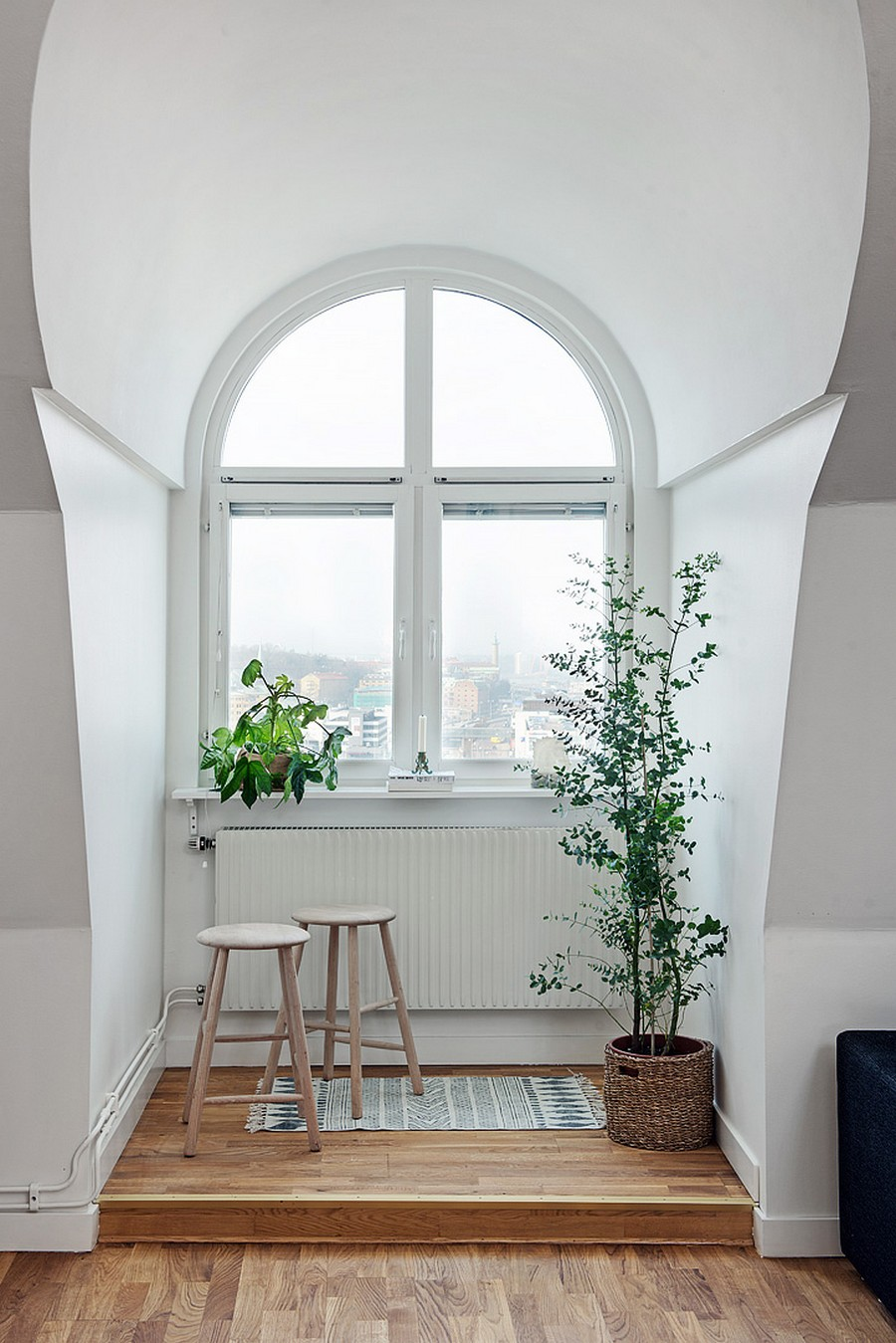 Ниша с арочным окном