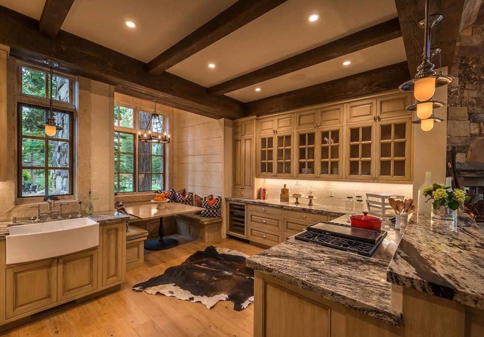 Темные балки в кухонном пространстве
