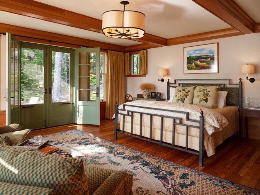 Современная спальня с деревянным декором потолка