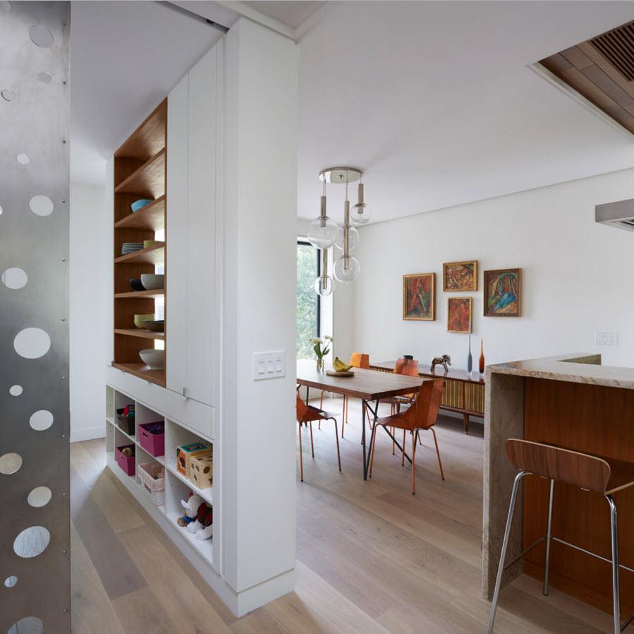 Зона столовой рядом с кухней