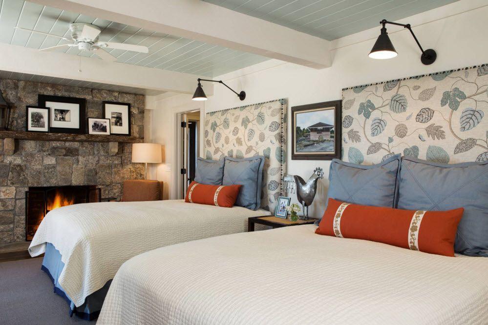 Светлая отделка потолка в спальне