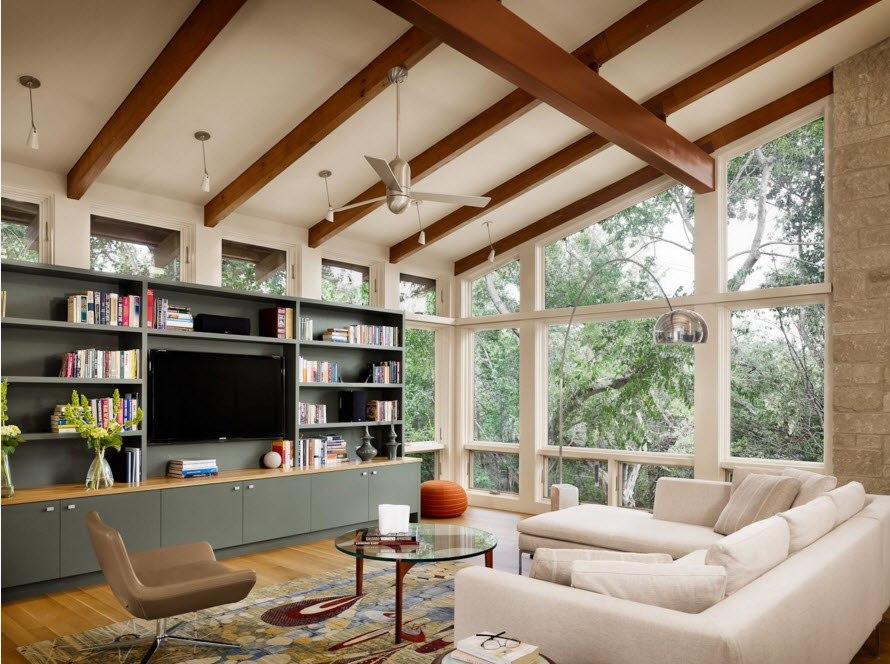 Современная гостиная с балками на потолке