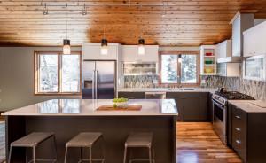 Гармоничный интерьер просторной кухни