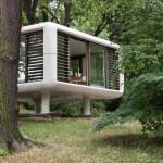 Необычный дом-куб со стеклянными стенами