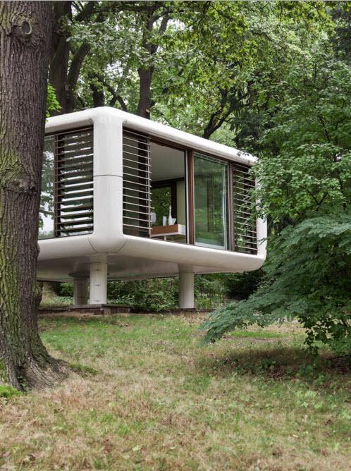 Необычный дом-куб со стеклянными стенами на фото