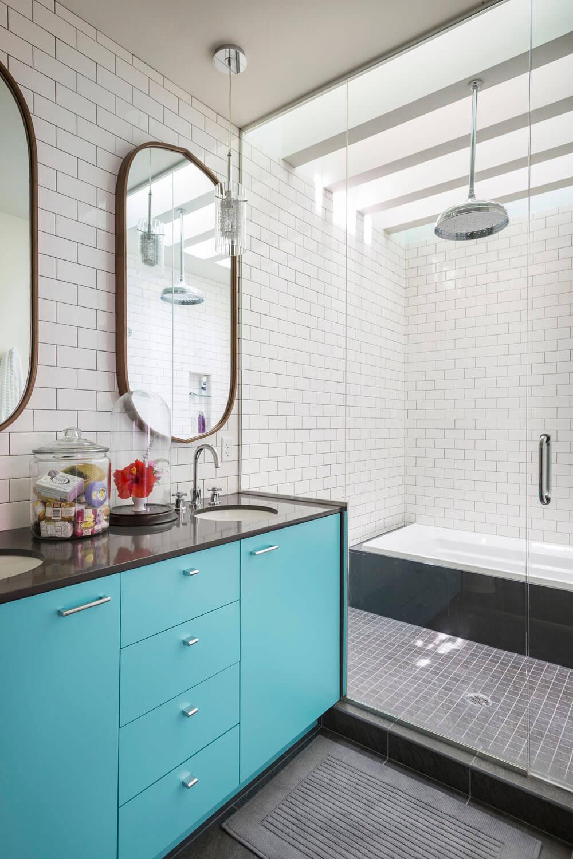 Колоритные фасады систем хранения в ванной