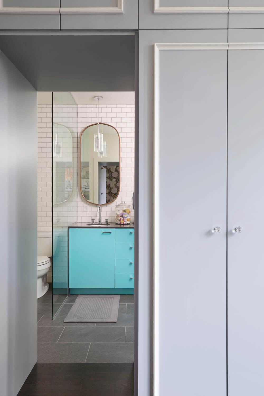 Гардеробная и ванная комната в пространстве спальни