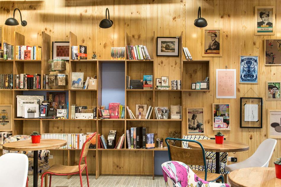 Практичные и декоративные элементы на стенах кафе