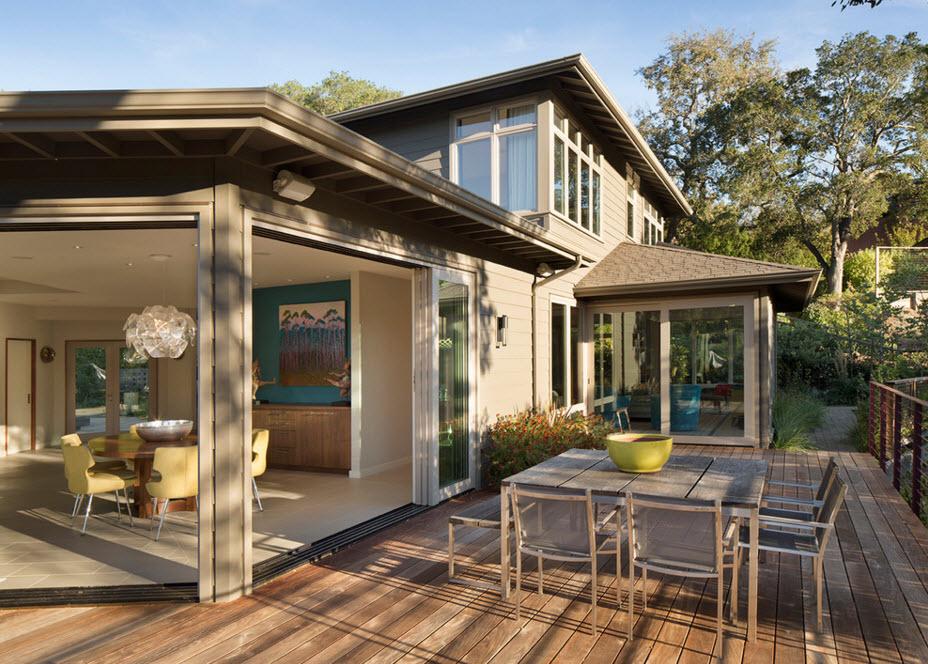 Очень солнечный дом с большим количеством окон