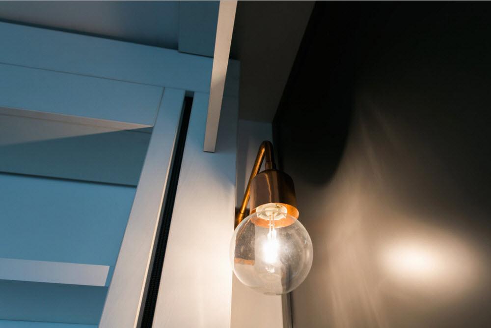 Настенный светильник у кровати