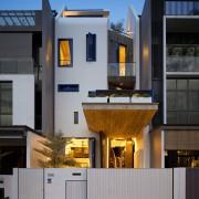Необычный узкий дом с ярким и оригинальным фасадом