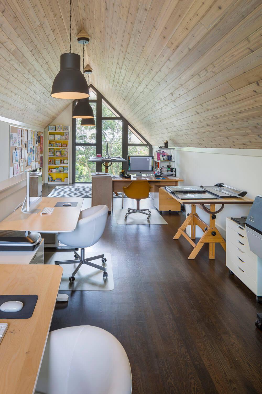 Домашний офис в мансардном помещении