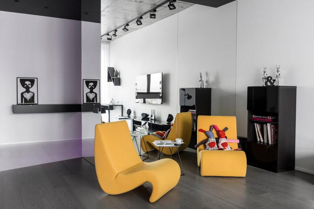 Яркие кресла на зеркальном фоне