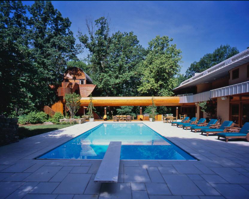 Большой бассейн с голубой плиткой