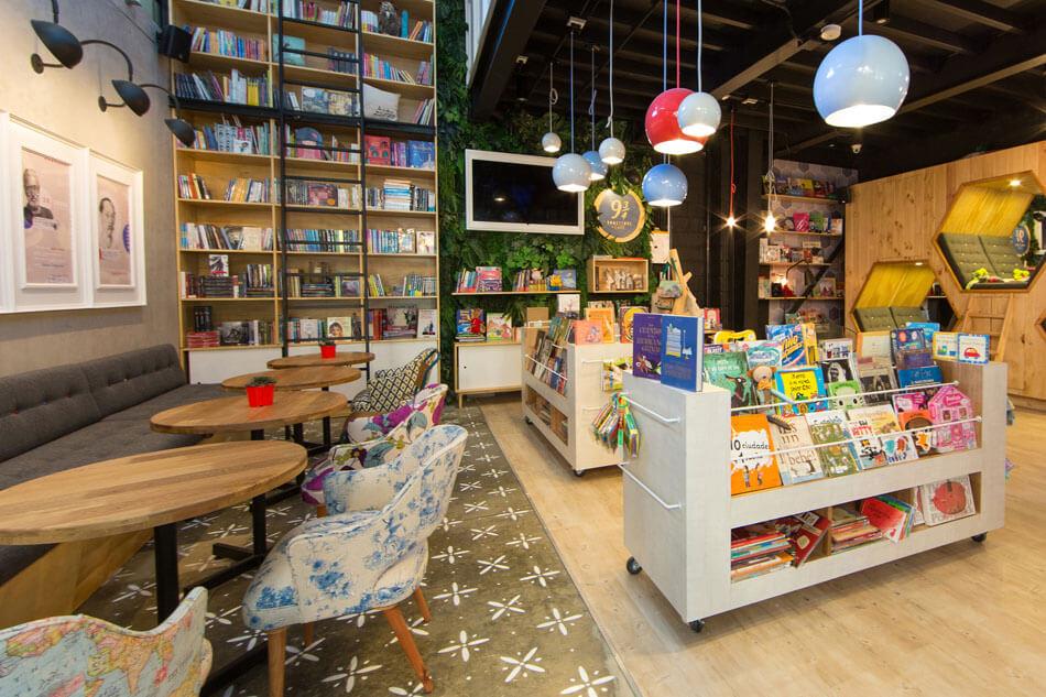 Смешение элементов кафе и книжного магазина в одном помещении
