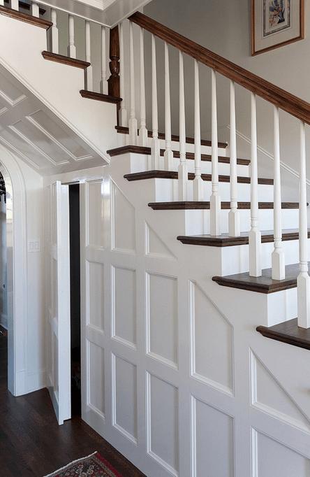 Скрытая кладовая под лестницей
