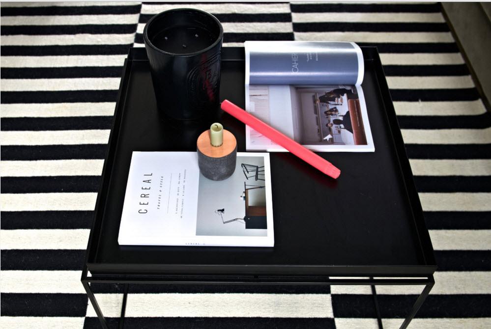Черный столик на пестром коврике