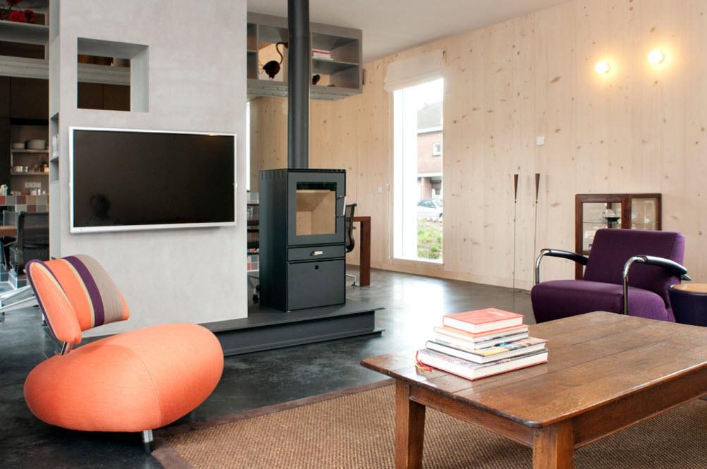 Просторная гостиная с камином-печью