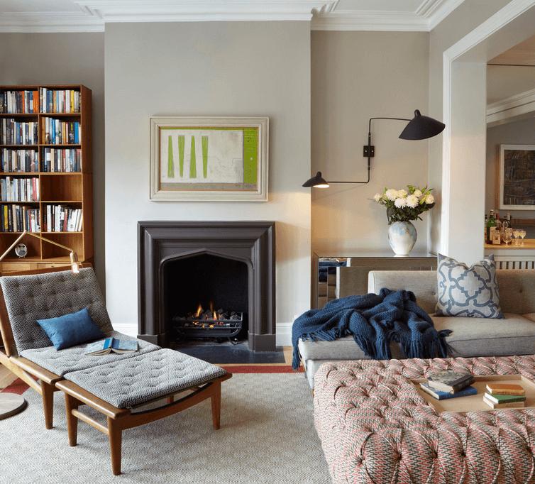 Интерьер гостиной с книжным стеллажом
