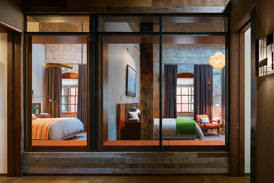Вид на спальни через стеклянную перегородку