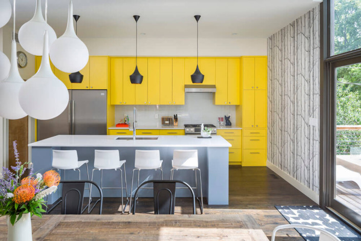 Яркая мебель для современного интерьера частного дома
