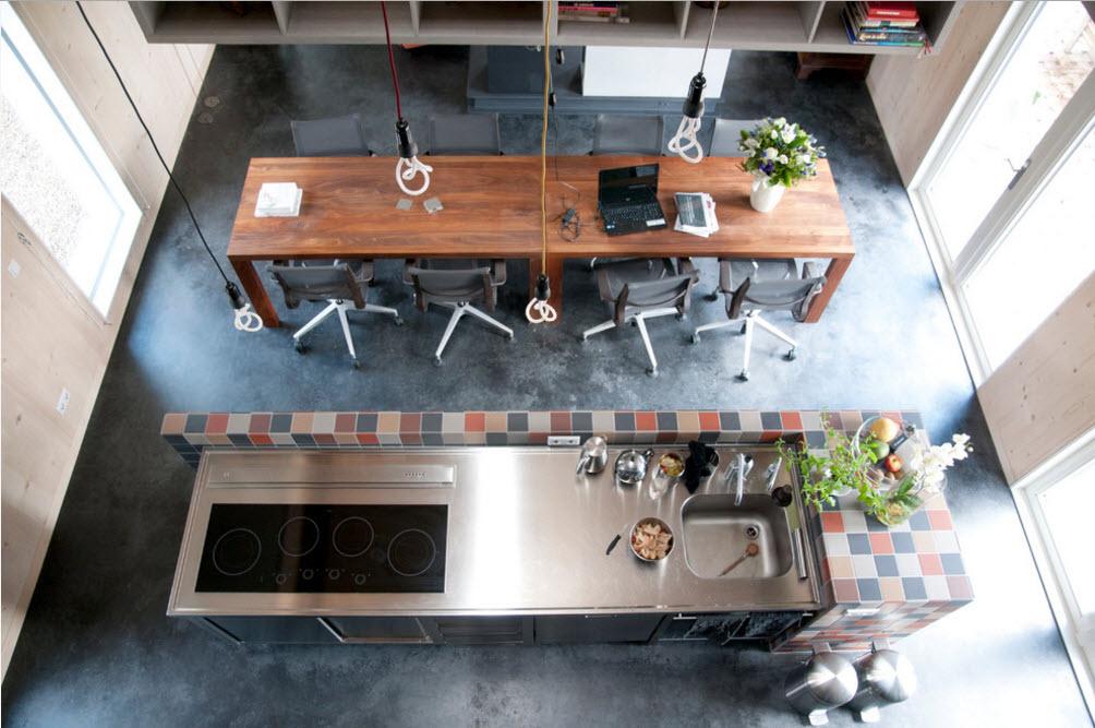 Вид сверху на зону кухни и столовой