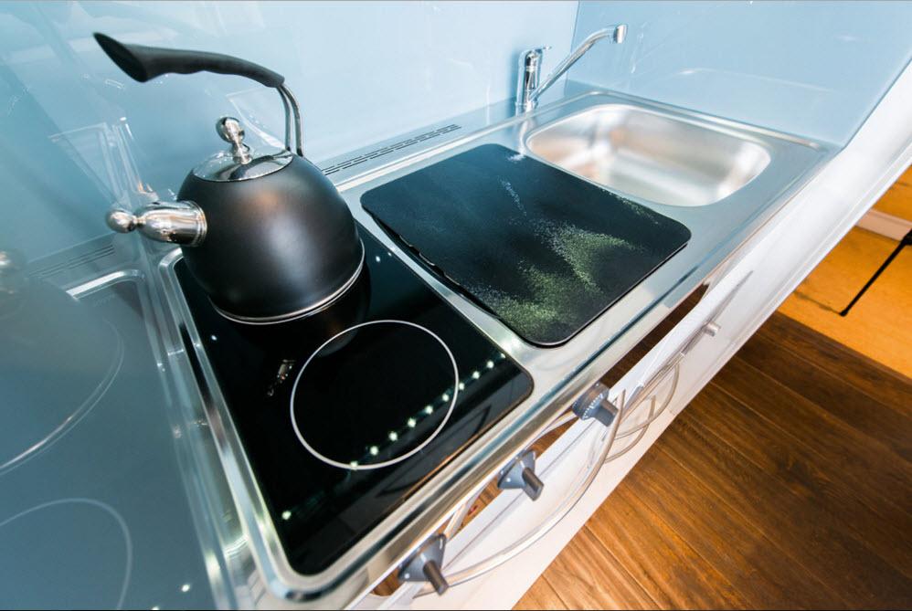 Бытовая техника, рабочие поверхности и системы хранения кухни